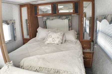 Beautiful private travel coach. - Castaic - Kamp Karavanı/Karavan