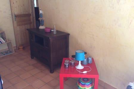 Chambre privée dans une  belle grange retapée! - Saint-Amant-Tallende - House - 1