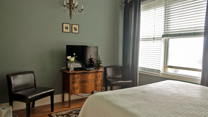 Queen Room 2 Blocks from Downtown