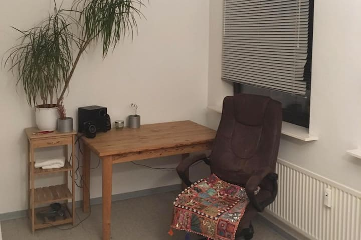 Der Arbeitsplatz mit Musikstation. Ideal zum Arbeiten und Nutzen des Highspeed Internets.