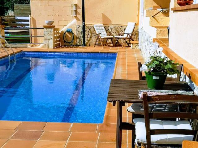 Casa con piscina y barbacoa