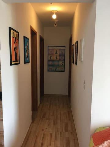 corredor que divide os quartos e o banheiro, da sala e cozinha.