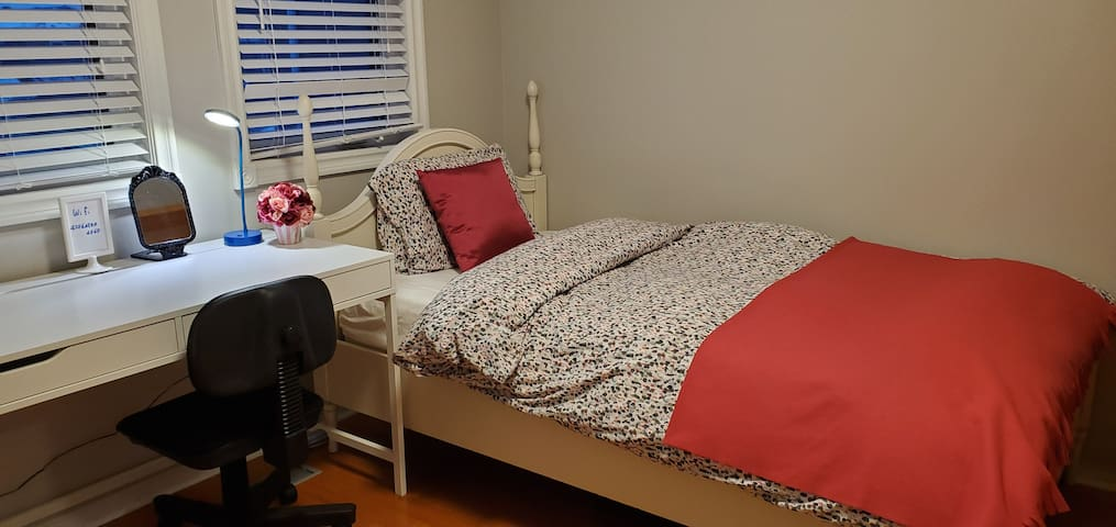 Quiet , clean bedroom for ladies only in Thornhill