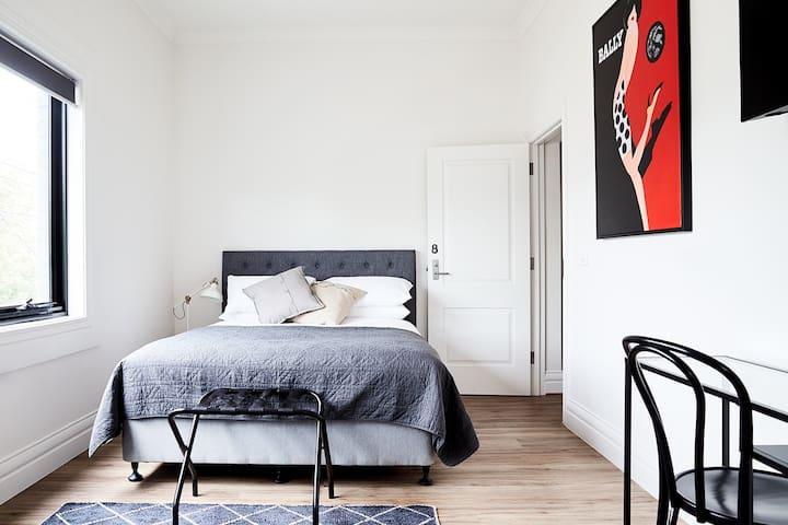 ★Intro Prices!!★ Stylish Modern Richmond Studio