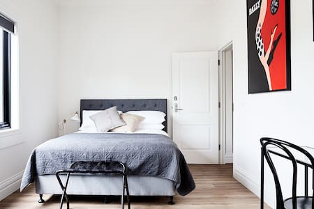 ★Intro Prices!!★ Stylish Modern Richmond Studio