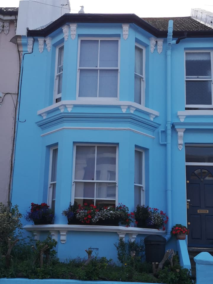 Two rooms available in lovely house close to sea.