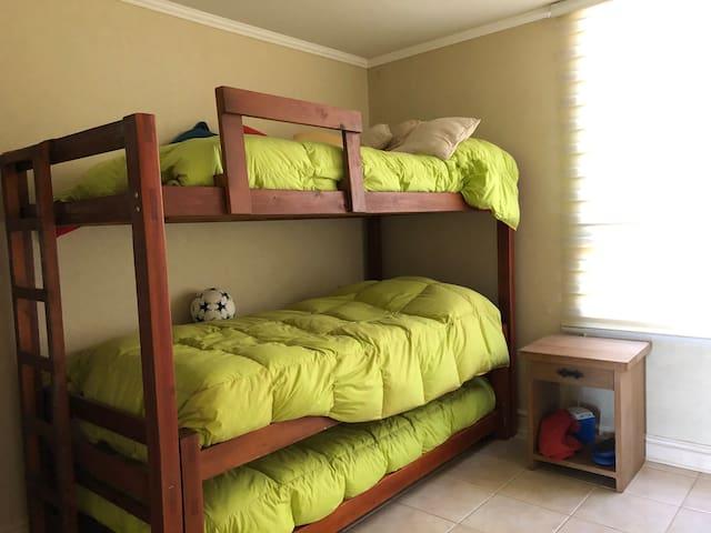 Dormitorio con 3 camas Plaza 1/2