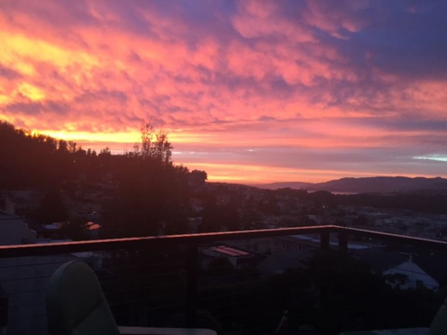 Spectacular Gold Coast sunsets from the sundeck...or sofa! Golden Gate Bridge and Pacific Ocean views