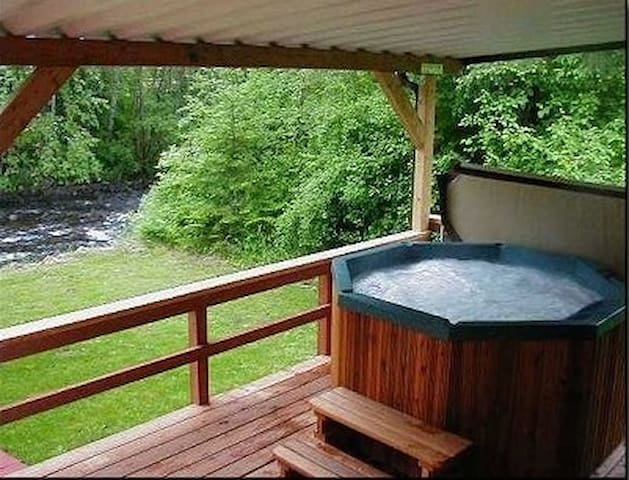 Creekside Cabin-king size bed, waterfront hot tub!