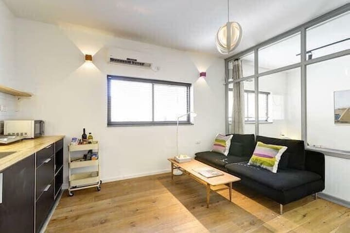 Super renovated Apt,central a minute to the beach