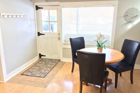 Walkout suite in Heritage home! - Kimberley - Huis