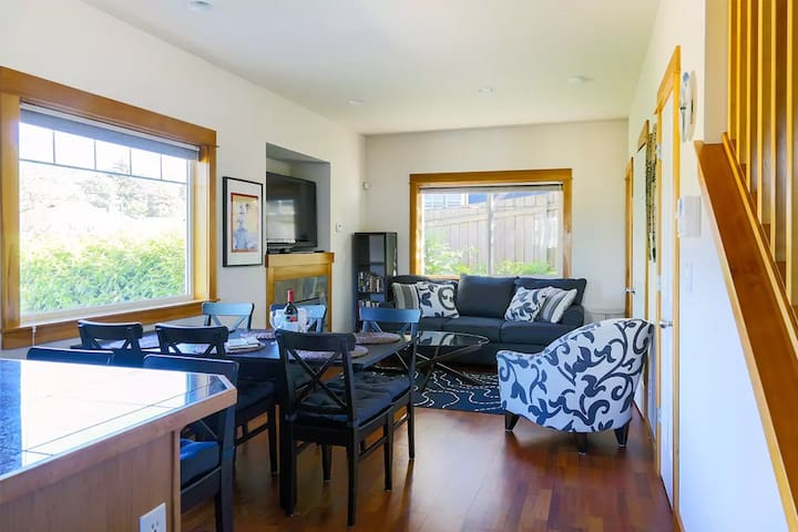 Seattle Vacation Home: The Market - Modern 2 bed craftsman, great location