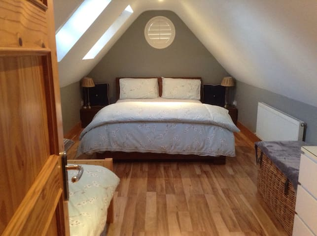 Comfortable Bright Attic room - Ballinteer - Bed & Breakfast
