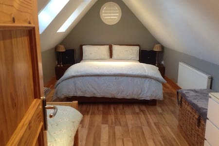 Comfortable Bright Attic room - Ballinteer - Aamiaismajoitus