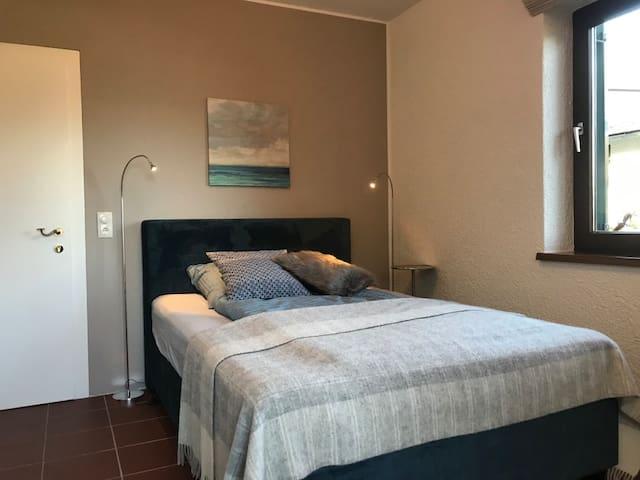 Das Atterseezimmer, Einzel- oder Doppelzimmer mit einem 140cm breiten Bett, Balkon und Seeblick
