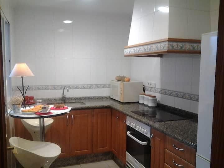 Habitación individual, baño, salón, patio comparte