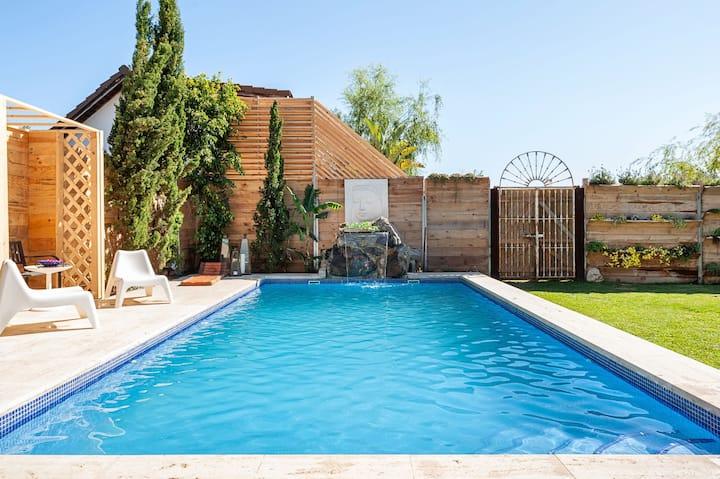 Schönes Haus einen kurzen Spaziergang vom Strand entfernt mit Pool, fabelhaftem Garten, Terrasse und WLAN; Parkplätze vorhanden, Haustiere erlaubt