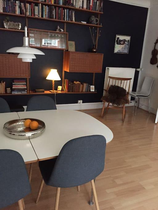 Spisebord med plads til 8 (der findes tillægsplade)