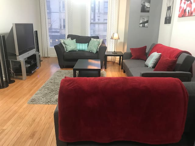 Heart of Wicker Park 2 bedroom