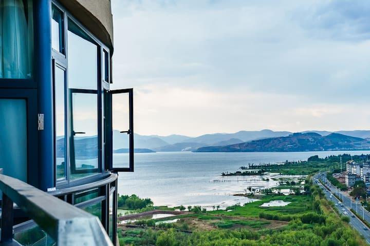 侧海景带阳台景观大床公寓
