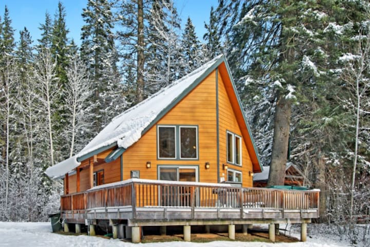 Sunland Lodge - Cozy Riverfront Cabin With Hot Tub