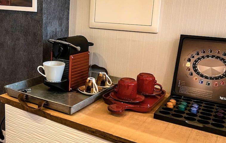 Nespresso Kaffeemaschine inkl. Kapseln, auch ein Wasserkocher ist vorhanden.