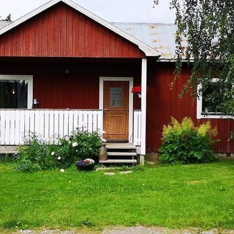 Litet hus på gård med utsikt över indalsälven