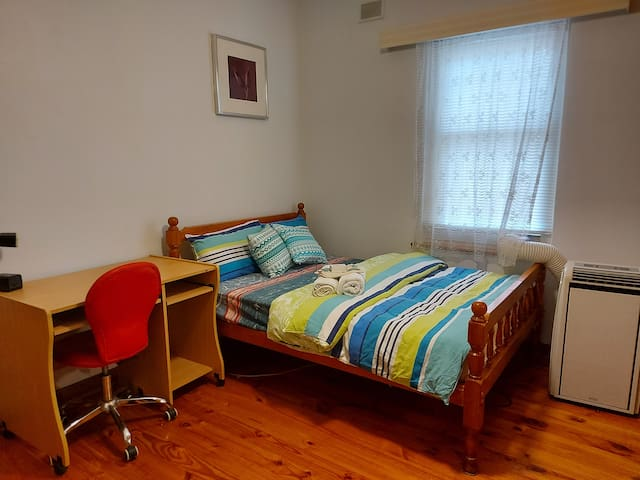 Private double bed room  close to Adelaide city