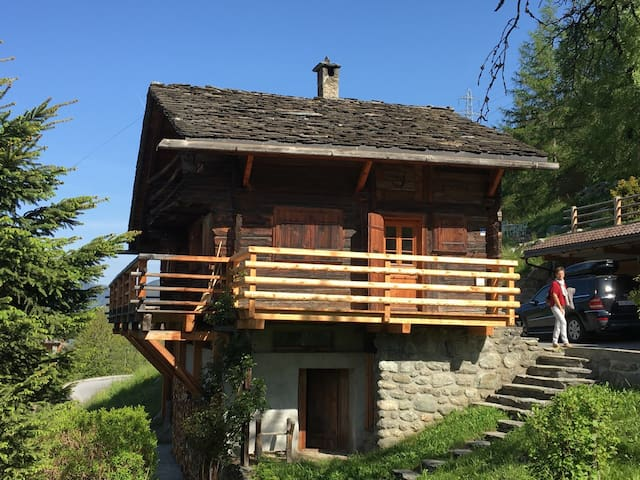 Old chalet, gorgeous view, extremely quiet - Bagnes - Chalupa