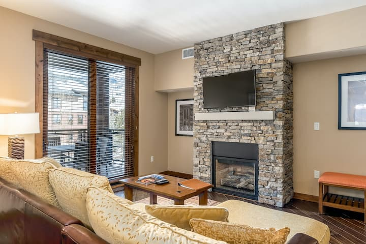 Luxurious condo w/ private balcony & shared pool, hot tubs, game room & fitness