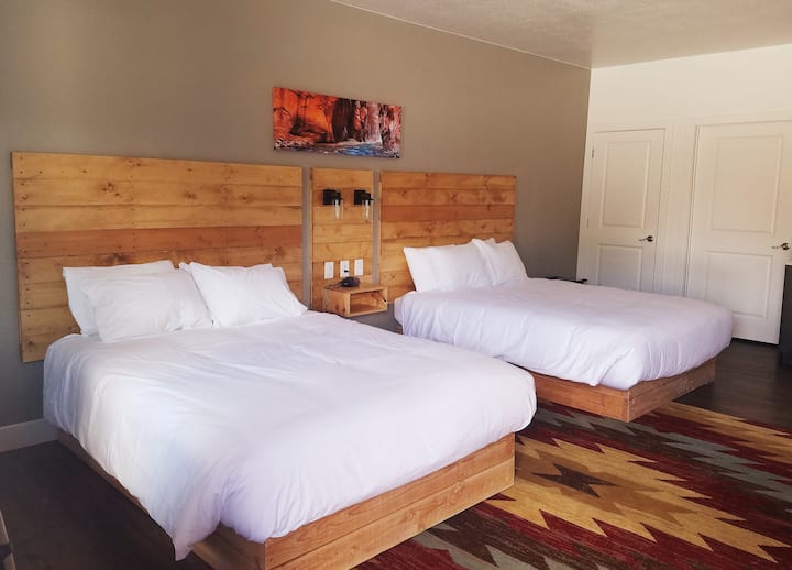 Kanab Suites: (ADA room) 2 Queen Beds