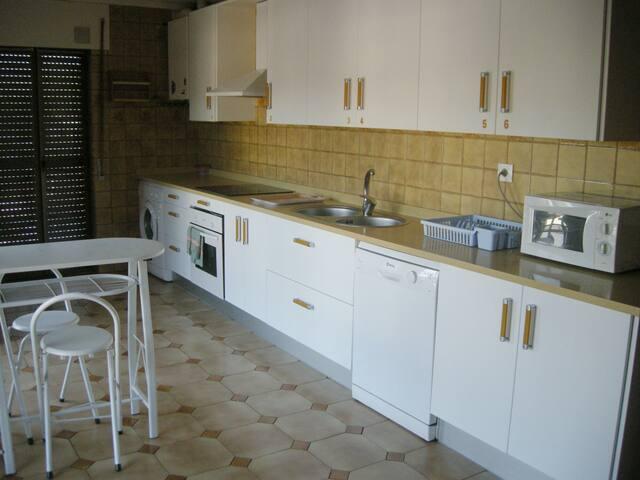 La cocina con todo lo necesario, horno, lavavajillas, microondas, lavadora, etc  La cocina fue recientemente reformada.