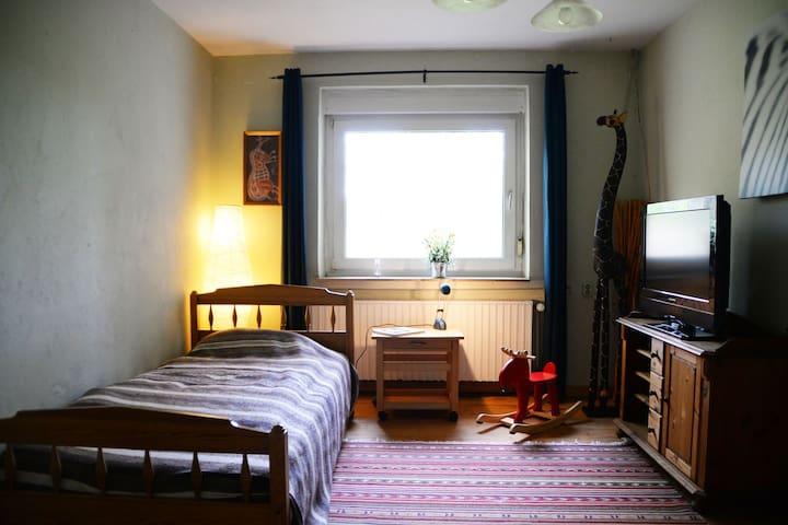kleines Schlafzimmer mit Bett 1x2m