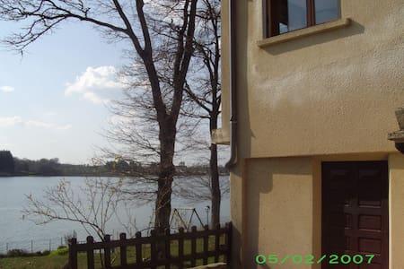 Maison  lac pareloup bord de l eau - Salles-Curan - House
