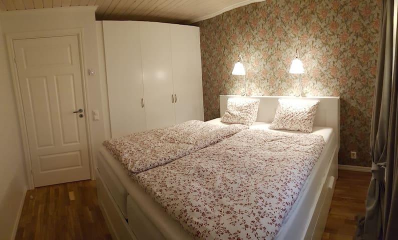 Sängkläder finns ingår i priset. Die Bettwäsche ist vorhanden und im Preis enthalten.