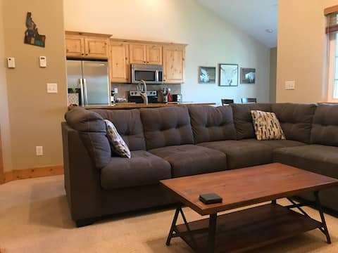 Grizzly Bear Condo minutes from Targhee. *w/Garage