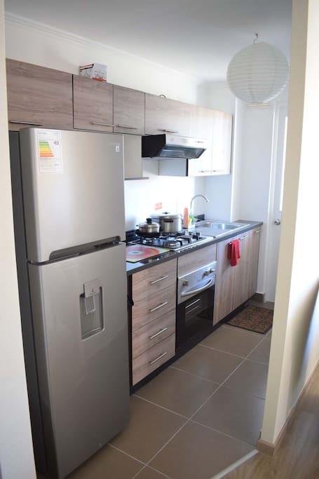 Cocina nueva independiente equipada con horno nuevo, encimera nueva, campana nueva, refrigerador nuevo, tostador eléctrico, hervidor, loza, ollas, accesorios de cocina, entre otros