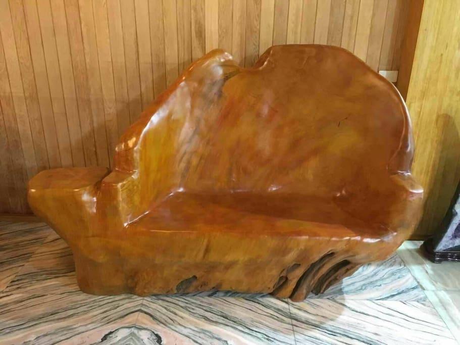 檜木屋的建材全採用台灣國寶級檜木裝潢而成, 地板採玉石及玫瑰石