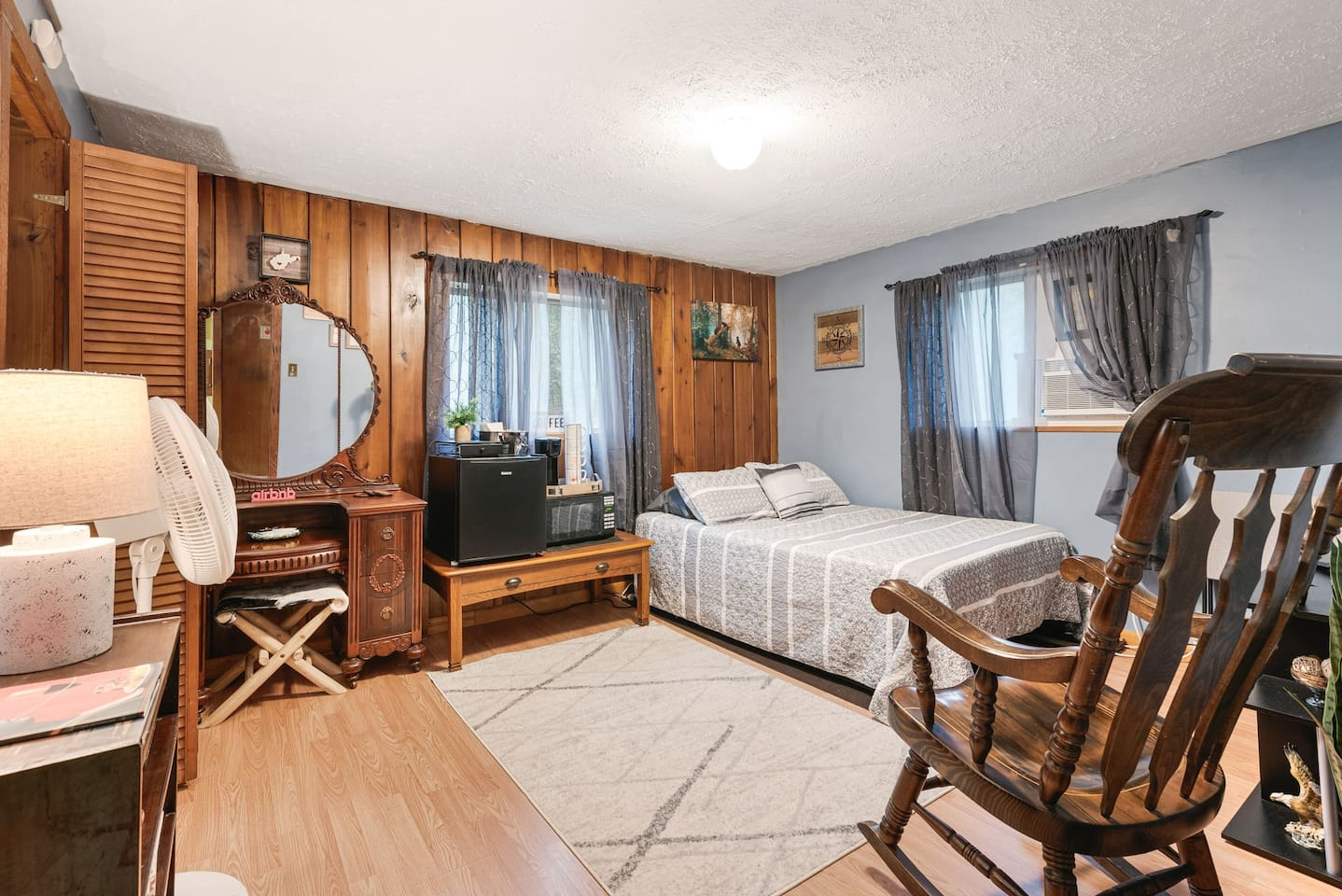 Relax in this cozy mountainside bedroom!   Great location for outdoor activities like rafting, hiking, rock climbing, zip lining, and sight seeing.   To take a spin around the room in 3D visit the link below: https://kuula.co/post/7qWL5