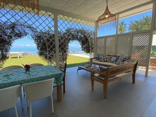 Grande terrasse  avec une grande table de 10 personnes et 2 coins salon. Pour vos repas ou vous relaxer