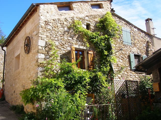 Le refuge : petite maison dans petit village - Chauvac-Laux-Montaux - Huis