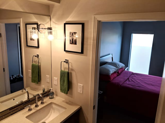 Private Bedroom Close to Downtown