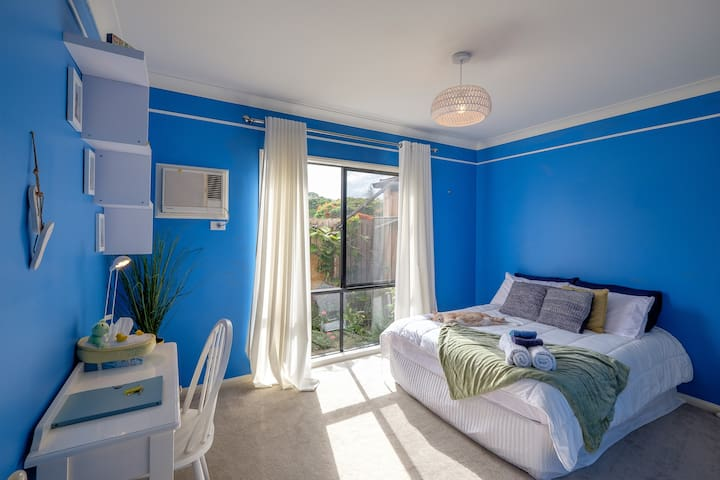 Cosy bedroom in waterfront home. - Wynnum - Hus