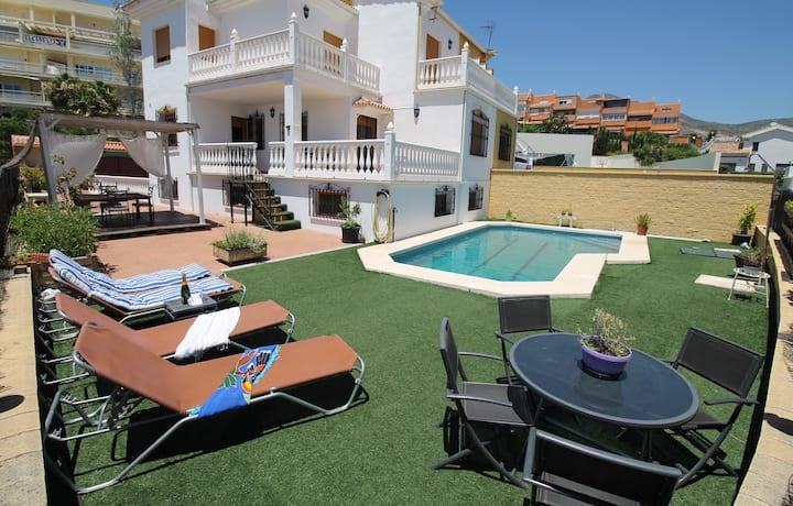 Villa pareada con vistas al mar, junto a la playa