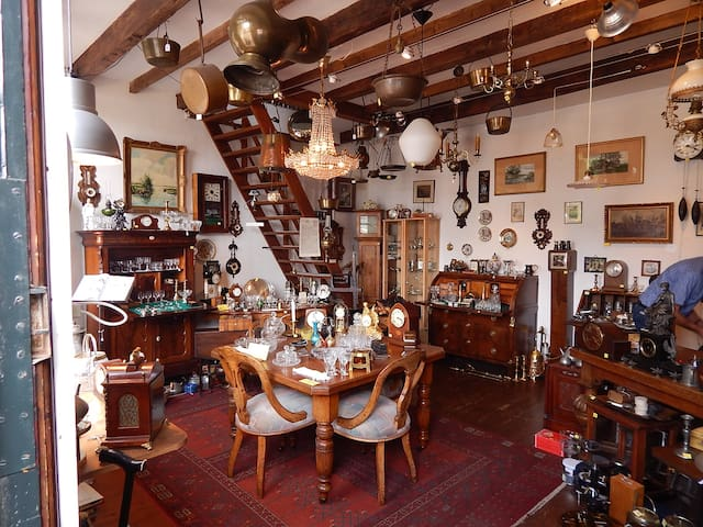 Interior of the shop on Gasthuissteeg