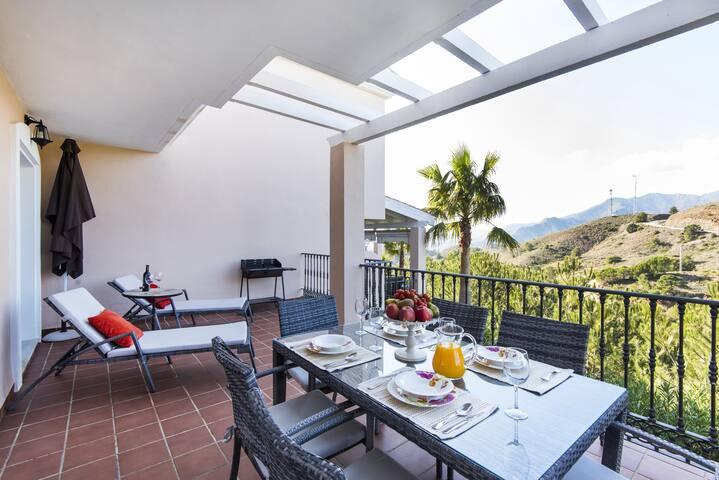 Belle maison avec piscines, terrain de golf, terrasses, Wi-Fi et climatisation
