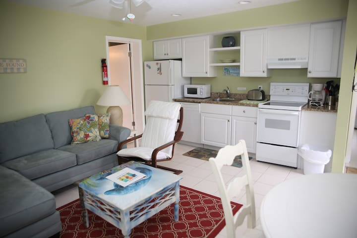 Renovated apts just a 2 minute walk to the beach! - Sarasota - Apartamento