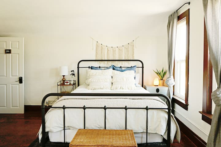 "Farmhouse Market & Inn | ""FELIX"" Suite"