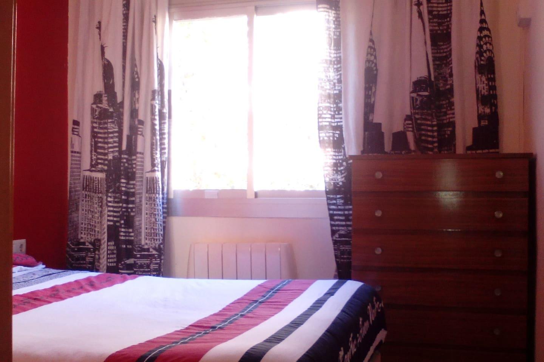 Habitación del huésped/huéspedes: cama de matrimonio (190x150), armario-luna doble, cómoda, mesilla de noche y radiador