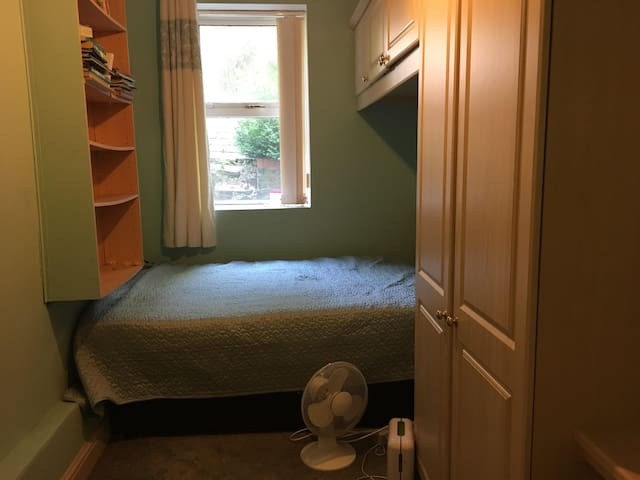 Lovely room in South London- great transport links